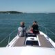 Två barn sitter i fören på en båt.