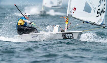 Josefin Olsson seglar en Laser Radial.