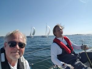 Stefan Kindeborg och Björn Hultgren strax efter start på måndagen. Måttliga nordliga vindar.