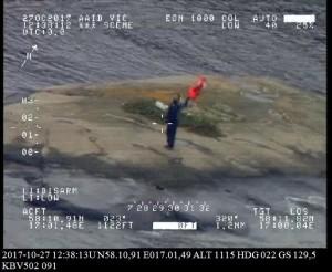 Mannen vinkade mot räddningshelikoptern. Bild: Kustbevakningen