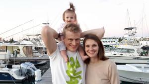 Pappa Eric, Mamma Mika och lilla Axelia framme i Västindien.