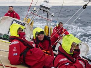 Sara Young, mitten, hade seglat över 20 000 sjömil med IchorCoal när dödsolyckan inträffade i Stilla havet öster om Japan.