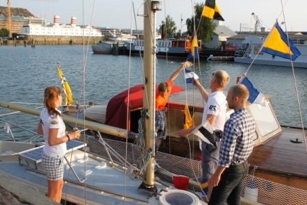 Henrik hissar flaggspelet med viss assistans