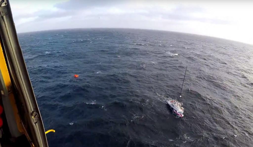 Michel Zambellis 950 Mono, Illumia 12, tog in vatten och övergavs när han blev räddad av kanadensiska kustbevakningens helikopter. BILD: JTFA