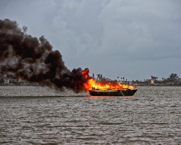 Flydde från brinnande båt