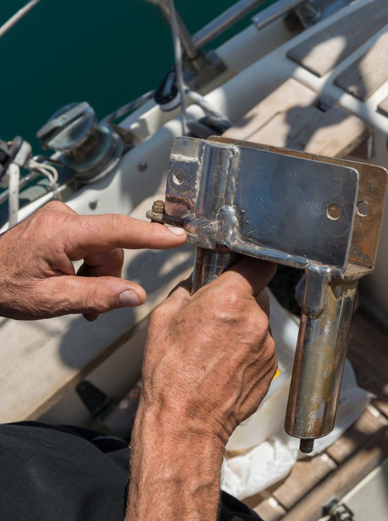 Carl Rosell     Carl Rosell visar var det nu reparerade fästet till vindrodrets pelararm gick sönder i svetsfogen. BILD: Andreas Karlsson