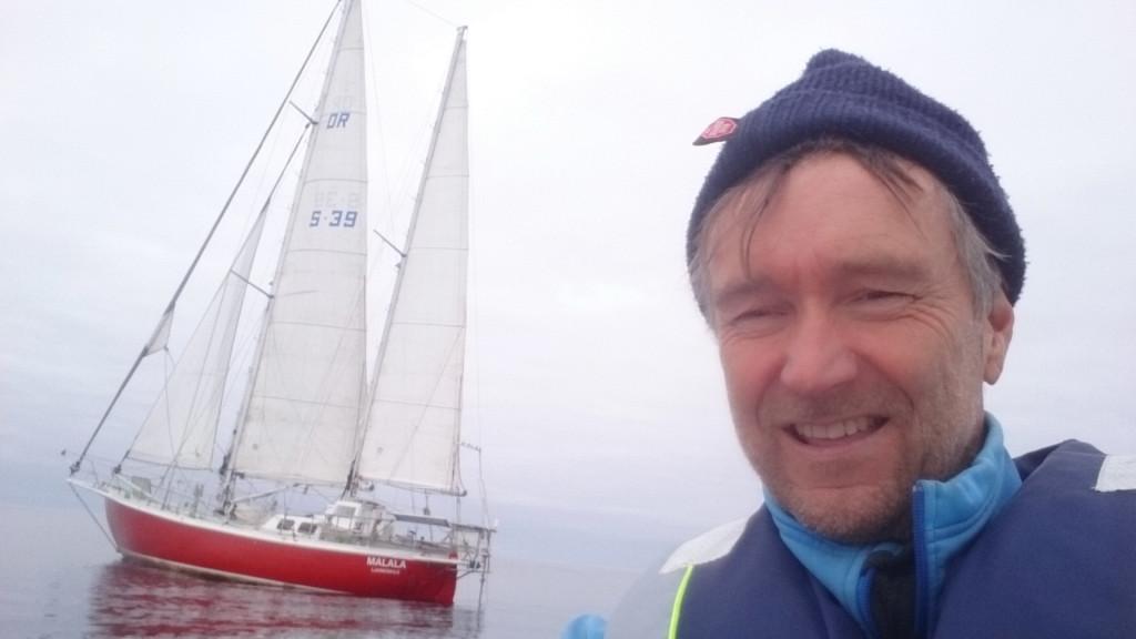 I bleket utanför Irland fick Anders nog av lugnet och rodde några varv runt Malala med dingen.