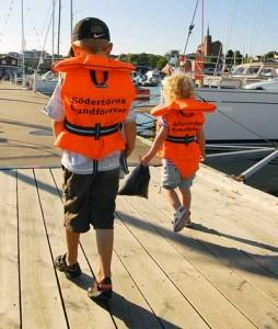 För många är det självklart att barn bär flytväst på bryggor och i sittbrunnen på båtar. Moderaterna Thomas Finnborg och Ann-Charlotte Hammar Johnsson vill se ett obligatorium.
