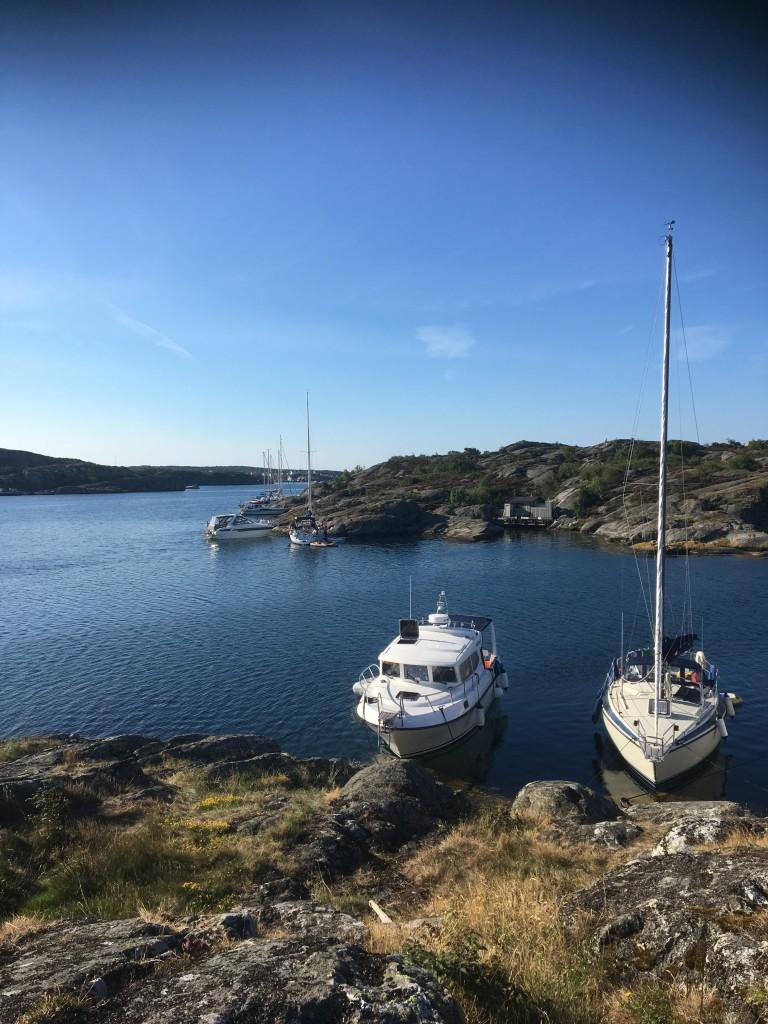 """""""Här ligger på på Pilgrimmen i dess naturhamn och njuter av fin natur, härliga bad och vänner,"""" skriver Sofie Lysvret."""