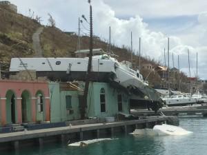 I Soper's Hole på ön Tortola hamnade en Voyage-katamaran på taket av en byggnad vid marinan under Irmas passage. I samband med orkaner bildas även tromber som kan orsaka stor förödelse lokalt. BILD: Privat