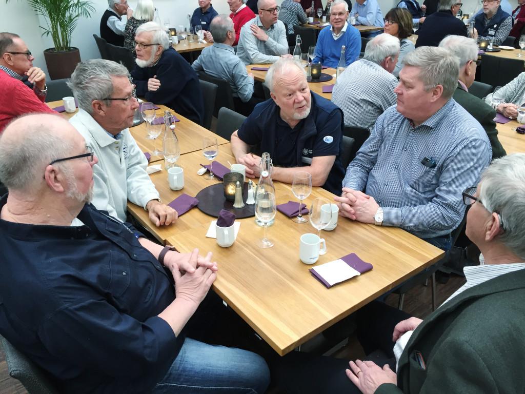 Medlemmar från Vänernkretsen i ett av många spontana möten under rådslagshelgen.