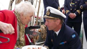 Sonja samtalar med Divisionschef Örlogskapten Jerker Schyllert ombord på Gladan vid firandet av skonerternas 70 år.