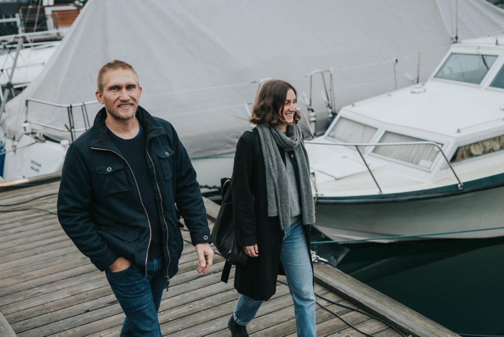En man och en kvinna går på en brygga.