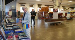 Mait Knuts är en av många från Veteranbåtsföreningen som hjälpt till med utställningen i Båthall 2. Bilden är från sista helgen innan stängningen i september 2017. BILD: Björn Näsström