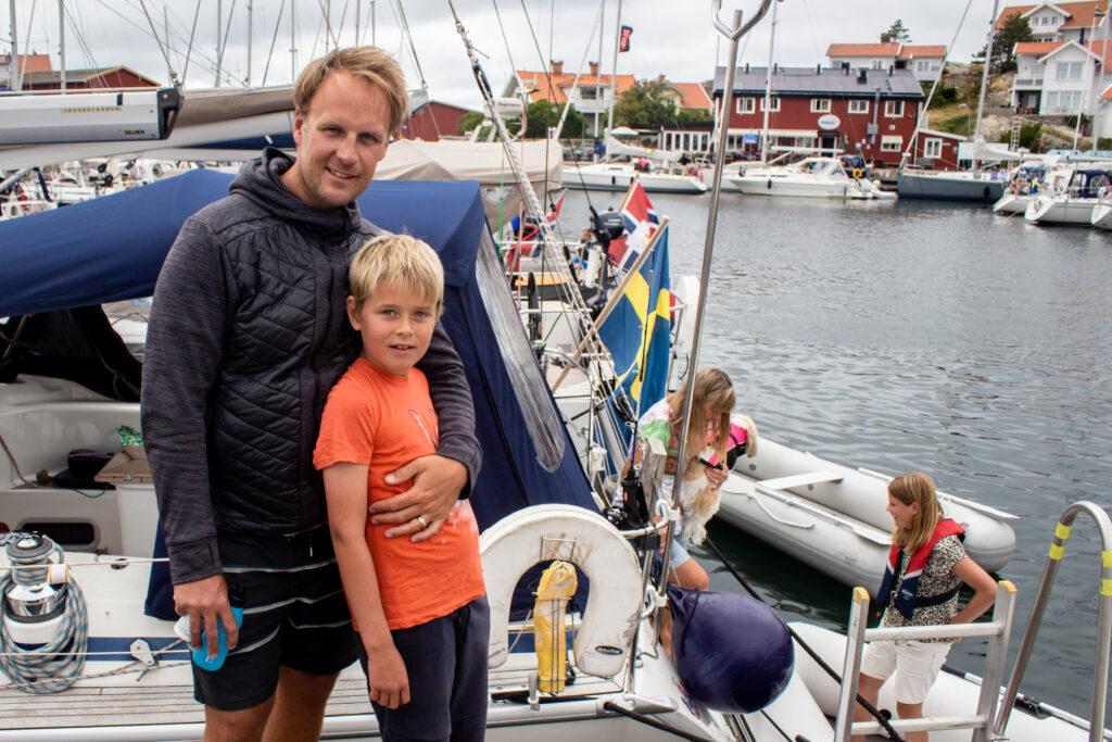 Johan Ehrenpohl håller om sin son Sebastian. I Bakgrunden barnen Cornelia och Gustav tillsammans med farmor Berit Ehrenpohl.