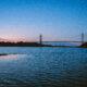 En bro sträcker sig över vattnet.