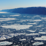 En isbrytare seglar genom ett istäckt hav