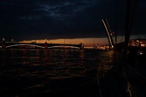 Under St Petersburgs broar. de är bara öppna några timmar på natten.