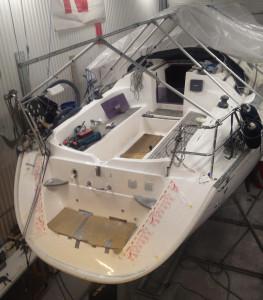 Aktern på den påkörda segelbåten krävde omfattande reparationer. Masten byttes mot en ny. Bild: Jonas Straka