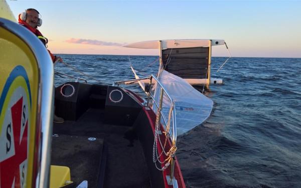 En kapsejsad Nacra Inter 18 lämnade besättningen i vattnet. BILD: RS Hammarö.