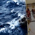 Den svenska besättningen på Bull, en Fortissimo 33:a, räddar sig ombord på ett fraktfartyg i svår sjö i mars 2014. Ärendet hör till de som varit närmast en dispasch hittills i år.