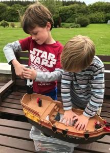 Bröderna Ollie och Harry förstärkte leksaks-skeppet innan sjösättning. BILD: FAMILJEN FERGUSON