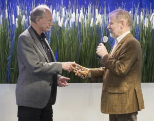 Christer Forsgren, till vänster, tar emot Timglaset från SXK:s ordförande Peter Follin. Bild: Peter Junermark