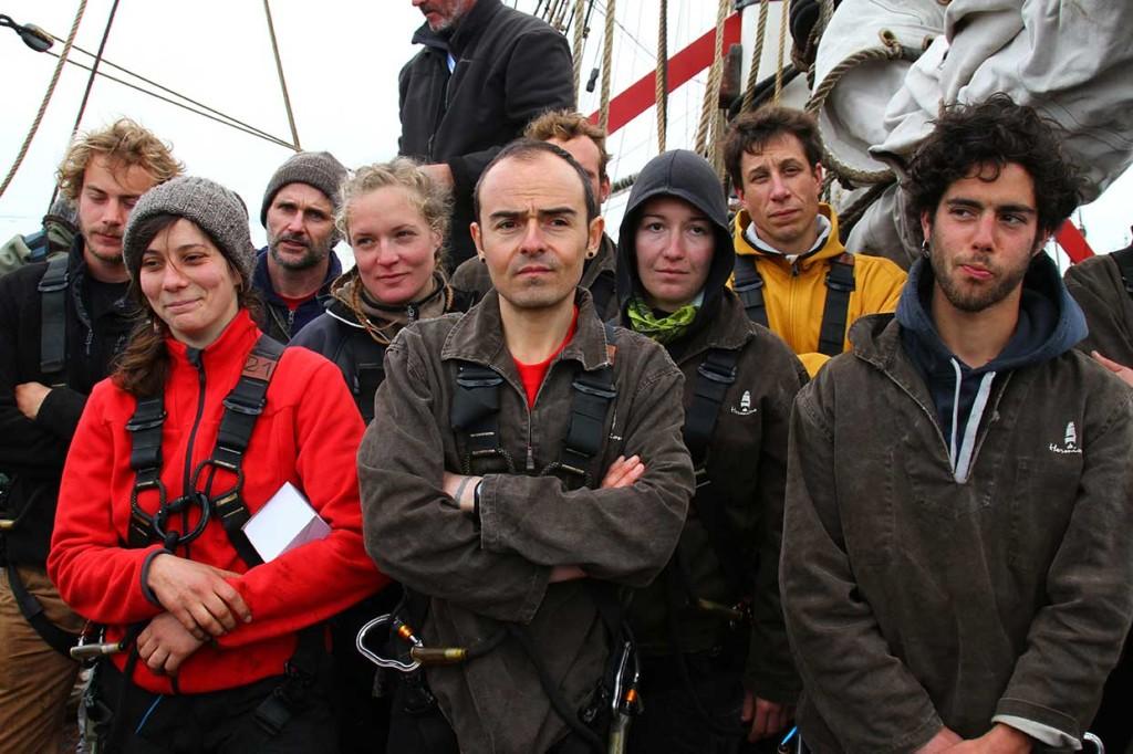 Delar av besättningen vid ett vaktlagsbyte på väg hem till Frankrike.
