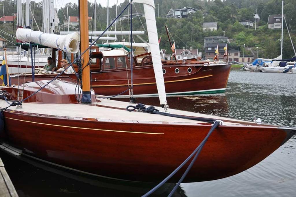 Vackraste segelbåten: Aramona – en Drake i mahogny som byggdes i Henån så sent som 2015 där den nu visas upp under mässan.