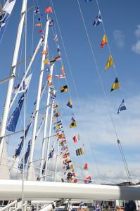 Stor flaggning på flera av båtarna på Orust.