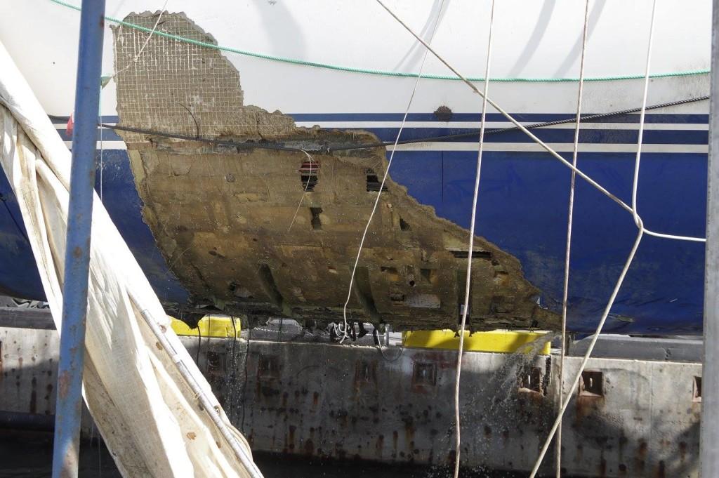 Hålet i skrovet efter att båten bärgats. Kölen var helt borta.