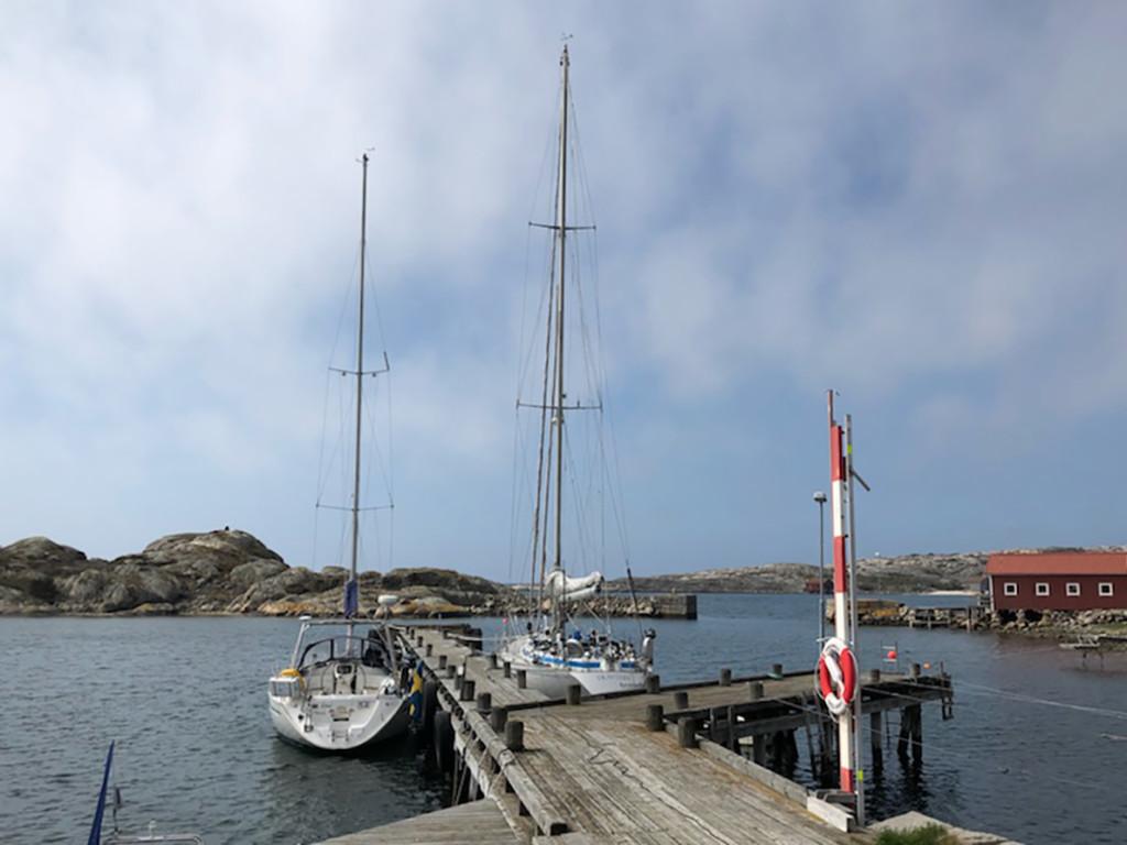 Ett par gästbåtar på Kalvö, väster om Havstensund. Bild: Peter Junermark