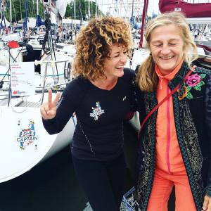 Linda Lindenau, till höger i bild, hälsade på inför starten med peppande tips. Bild: Emely Hagen