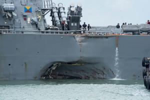 Skadorna på USS John S McCain:s babordssida syntes tydligt när fartyget anlände till flottbasen Changi i Singapore efter olyckan. Bild: US Navy