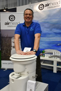 Nuno Antunes demonsterar komposttoaletten AirHead.