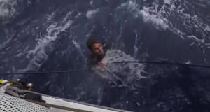 Det är svårt att upptäcka en mörkklädd person i vågorna under en gråblå himmel. BILD: Volvo Ocean Race