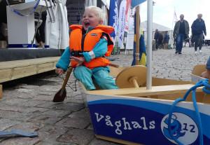 3-åriga Neo testar båtlivet på torra land. Bild: Linda Hammarberg