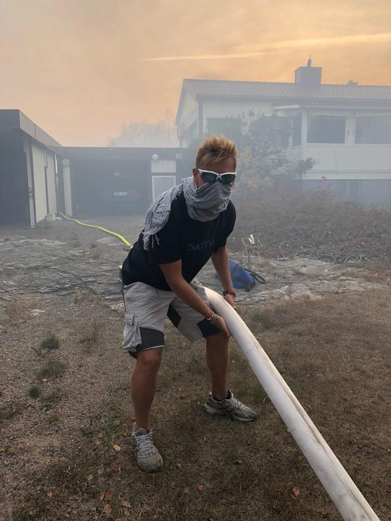 Branden var under kontroll natten till måndag, men eftersläckningen fortsatte på måndagen. Bild: Micael Wigerud