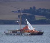 Nora får hjälp av frivilliga sjöräddningen, RNLI, utanför Helmsdale i augusti 2015. BILD: RNLI / Wick Lifeboat station