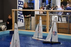"""""""Svårare än det ser ut men kul!"""" Bröderna Philip och Joel, 13 och 10 år, seglar de radiostyrda båtarna. Bild: Linda Hammarberg"""