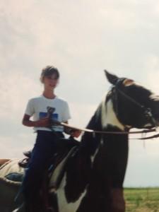 Sara Hastreiter på hästryggen i Wyoming.. BILD: Privat
