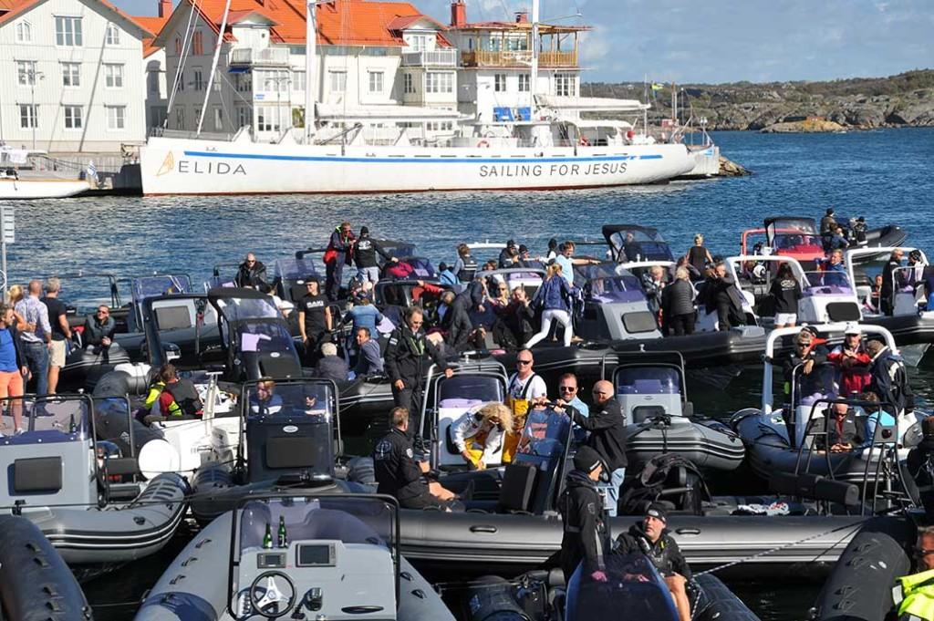 """•45 ribbåtar lägger till i mässhamnen i Marstrand – ett av 5 stopp i dagens stora Poker Run. """"En ny form av umgänge på havet"""", kallar arrangörerna det. Man får ett spelkort vid varje stopp och bästa pokerhand vinner tävlingen."""