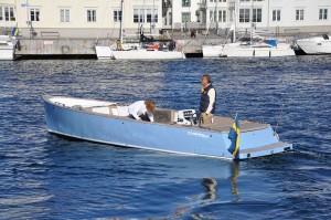 Många passar på att provköra, här en fin glidarbåt från holländska Cooper.