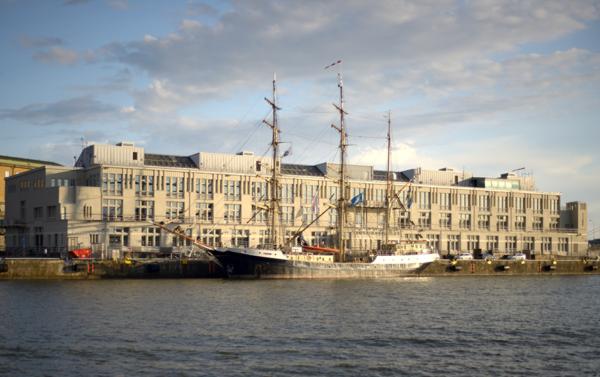 Berusad seglare nära krocka med färja