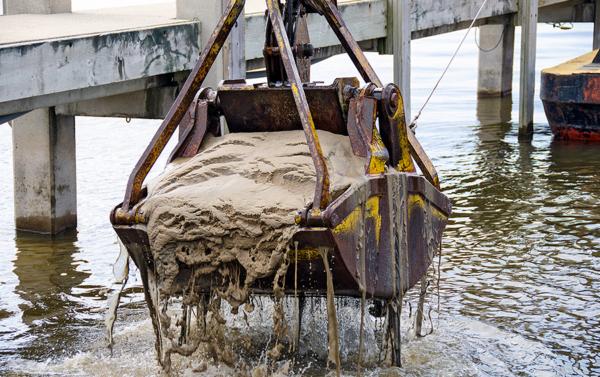 Förorenade hamnar muddras