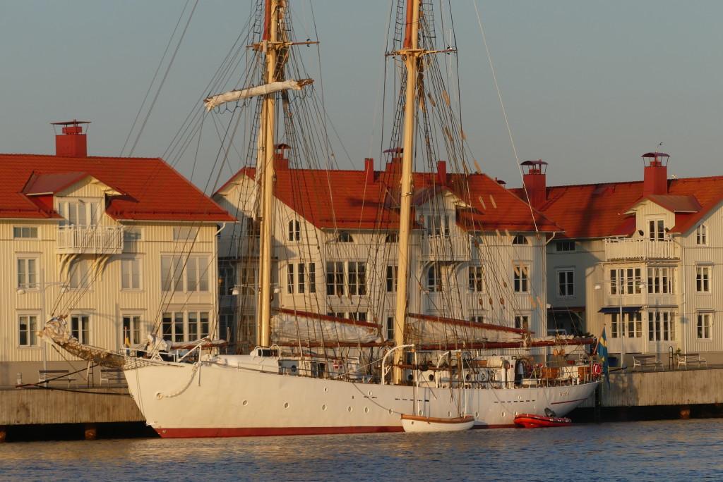 Falken vid kaj i Marstrand 13 maj. Foto: Linda Hammarberg
