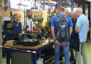 Många passade påatt besoka Rutgerson marin som hade öppet hus i sin fabrik. Här demonsteras battillbehorstillverkarens eget verktygsmakeri. Bild: Linda Hammarberg