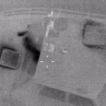 Den mörkerseende kamernas bilder visar mannen liggande akter om styrhytten. BILD: Kustbevakningen