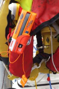 McMurdo Smartfind med AIS-sändare på flytväst.
