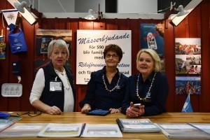 -Det är sjätte året funktionärerna Birgitta Zetterberg, Eva Samuelsson och Gunilla Thorin jobbar tillsammans i Kryssarklubbens monter. Bild: Linda Hammarberg